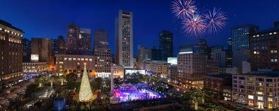 Arbre de nouvelle année d'Union Square dans le panorama de nuit de San Francisco photo stock