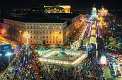 Arbre de nouvelle année du ` s de Kyiv et marché principaux de Noël sur St Sophia Square Cafés d'air ouvert, attractions du ` s d image libre de droits