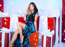 Arbre de nouvelle année de fond de Noël de femme de mode de beauté Fille sexy de style de Vogue Femelle magnifique en fourrure de Images stock