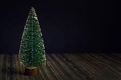 Arbre de nouvelle année sur le fond de noir foncé et en bois photographie stock libre de droits