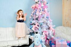 Arbre de petite fille et de Noël Photos libres de droits