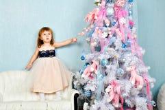 Arbre de petite fille et de Noël Photographie stock libre de droits