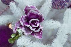 Arbre de sapin blanc de Noël, boules pourpres et ornement de fleur Image stock
