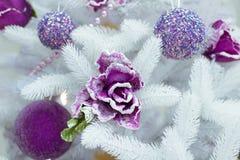 Arbre de sapin blanc de Noël, boules pourpres et ornement de fleur Images libres de droits