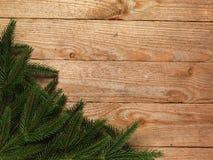 Arbre de sapin de Noël avec la décoration sur le fond de conseil en bois avec l'espace de copie Image stock