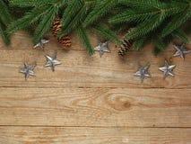 Arbre de sapin de Noël avec la décoration sur le fond de conseil en bois avec l'espace de copie Photographie stock