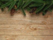 Arbre de sapin de Noël avec la décoration sur le fond de conseil en bois avec l'espace de copie Photo libre de droits