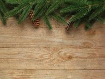 Arbre de sapin de Noël avec la décoration sur le fond de conseil en bois avec l'espace de copie Photographie stock libre de droits