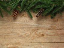 Arbre de sapin de Noël avec la décoration sur le fond de conseil en bois avec l'espace de copie Photos libres de droits