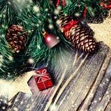 Arbre de sapin de Noël avec la décoration sur le panneau en bois foncé - Chri Images stock
