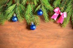 Arbre de sapin de Noël avec la décoration sur un conseil en bois Image stock