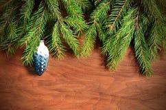 Arbre de sapin de Noël avec la décoration sur un conseil en bois Photos stock