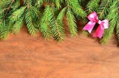 Arbre de sapin de Noël avec la décoration sur un conseil en bois Images libres de droits