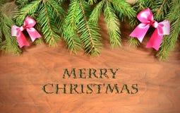 Arbre de sapin de Noël avec la décoration sur un conseil en bois Photos libres de droits