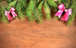 Arbre de sapin de Noël avec la décoration sur un conseil en bois Photographie stock libre de droits