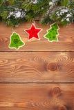 Arbre de sapin de Noël avec la neige et décor de vacances sur en bois rustique Photos libres de droits