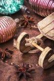 Arbre de sapin de Noël avec la rétro décoration Image stock