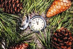 Arbre de sapin de Noël avec les cônes et l'horloge Photo libre de droits