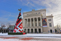 Arbre de sapin de Noël devant l'opéra national letton à Riga Photo stock