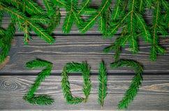 Arbre de sapin de Noël sur le fond en bois 2017 Photographie stock libre de droits