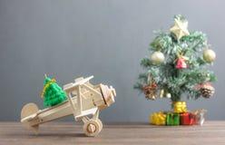 Arbre de sapin en bois de transfert d'avion de jouet avec l'arbre de Noël de tache floue et beaucoup bel de boîte-cadeau accessoi photographie stock