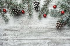 Arbre de sapin de Noël avec la décoration sur le conseil en bois foncé Photos stock