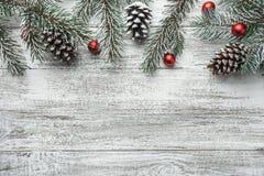 Arbre de sapin de Noël avec la décoration sur le conseil en bois foncé Images libres de droits