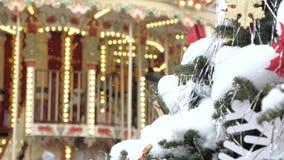 Arbre de sapin de Noël avec le plan rapproché de jouets Décoration de la ville pour les vacances À l'arrière-plan hors focale tou clips vidéos