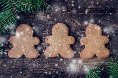 Arbre de sapin de Noël sur le fond en bois Image libre de droits