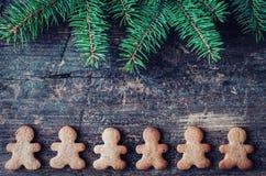 Arbre de sapin de Noël sur le fond en bois Photographie stock libre de droits
