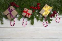Arbre de sapin de Noël sur le fond en bois avec l'espace pour votre texte photographie stock