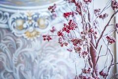 Arbre de sorbe avec les baies rouges dans la neige Photographie stock libre de droits