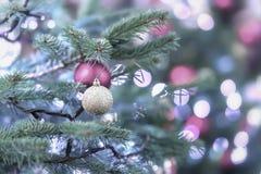 Arbre de spurse de Noël avec des décorations, boules de Noël, guirlandes argentées, bokeh Fond de fête clair sélecteur photo libre de droits