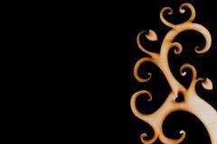 Arbre en bois décoratif abstrait sur le fond noir Images stock