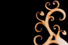 Arbre en bois décoratif abstrait sur le fond noir Photos stock