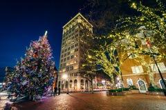 Arbre et bâtiments de Noël chez Penn Square la nuit, dans Lancast photographie stock