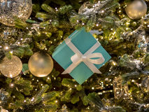Arbre et boîte-cadeau de Noël Photos stock