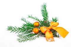 Arbre et boule de Noël sur la neige Image stock