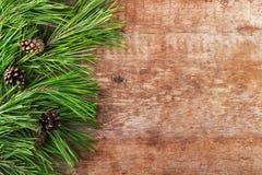 Arbre et cônes de Noël sur un fond en bois Image libre de droits