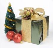 Arbre et cadeau de Noël Photo libre de droits