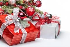 Arbre et cadeaux de Noël décorés image libre de droits