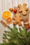 Arbre et cadeaux de Noël de pain d'épice sur la table Photos stock