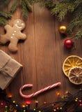Arbre et cadeaux de Noël de pain d'épice sur la table Images libres de droits