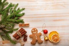 Arbre et cadeaux de Noël de pain d'épice sur la table Photographie stock