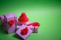 Arbre et cadeaux de Noël de papier sur le fond vert images libres de droits