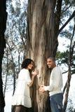 Arbre et couples de sourire Photographie stock libre de droits
