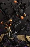 Arbre et décor de Halloween Photos stock