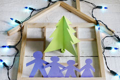 Arbre et famille de papier de Noël Photographie stock libre de droits