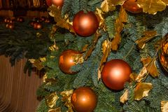 Arbre et jouets de Noël dans la rue de la ville de nuit Image libre de droits