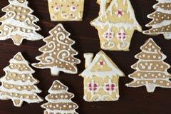 Arbre et maison de Noël de pain d'épice sur un fond en bois Images libres de droits